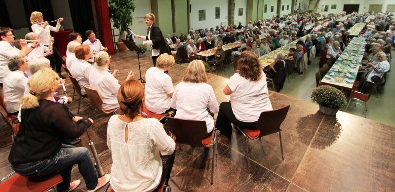 Die KfD-Frauen aus Wilnsdorf fanden sich zum Luftpumpenorchester zusammen und sorgten für viele Lacher. Foto: Gemeinde Wilnsdorf