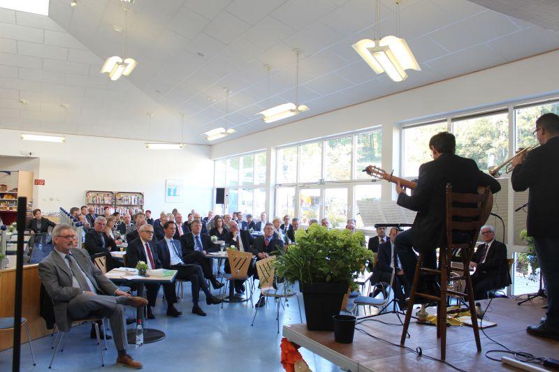 Zahlreiche Besucher würdigten beim Festakt zum 50-jährigen Bestehen des Ev. Jung-Stilling-Krankenhauses an der Wichernstraße die Einrichtung mit Danksagungen, Musik, Grußworten und Festansprachen. (Foto: Diakonie Südwestfalen)