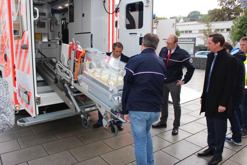 2016-10-11_siegen_neue_rettungswagen_baby_schwerlastmobil-4