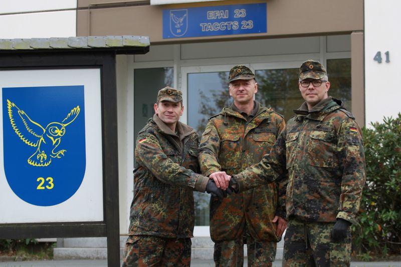 Oberstleutnant Leif Nielsen (M), übertrug kürzlich die Führung der Einsatzführungsausbildungsinspektion 23 von Oberstleutnant Nicolas Loerkens (l.) an Oberstleutnant Mirko Naumann (r.)