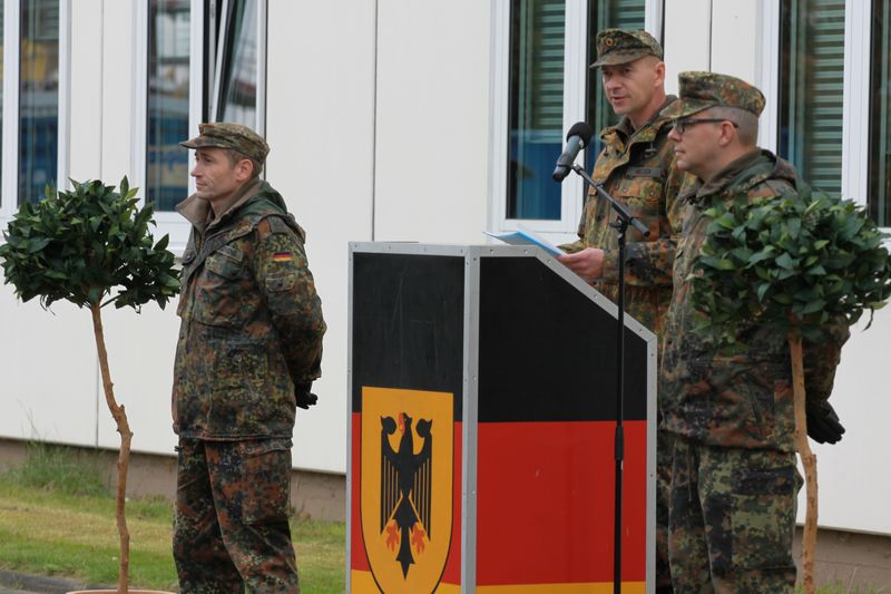 Oberstleutnant Leif Nielsen (M), übertrug kürzlich im Zuge eines feierlichen Appells die Führung der Einsatzführungsausbildungsinspektion 23 von Oberstleutnant Nicolas Loerkens (l.) an Oberstleutnant Mirko Naumann (r.).