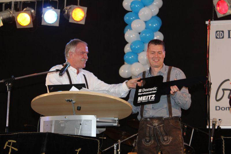 Schlüsselübergabe - Joachim Kinscher (Fa. Dometic) und Torsten Meitz (Fa. Meitz)