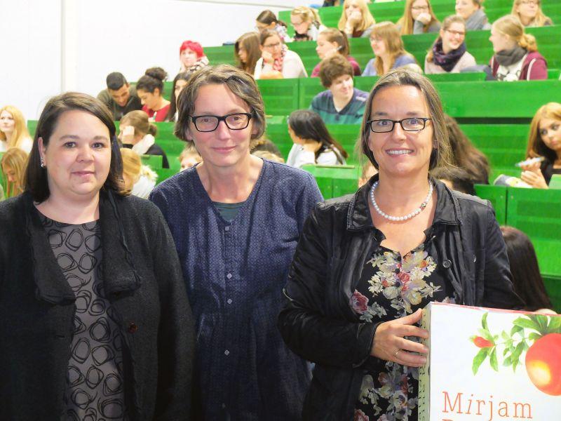 Dr. Jessica Stegemann (Universitätsbibliothek), Dr. Jana Mikota und Prof. Dr. Mirjam Zimmermann haben die Ringvorlesung und die begleitende Ausstellung zusammen auf die Beine gestellt. (Foto:: Universität Siegen)
