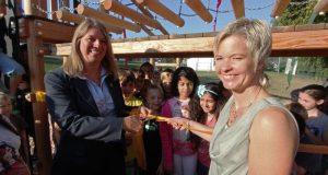 Umringt von Schülern gaben Bürgermeisterin Christa Schuppler (l.) und Schulleiterin Tanja Henrichs das neue Klettergerüst frei.