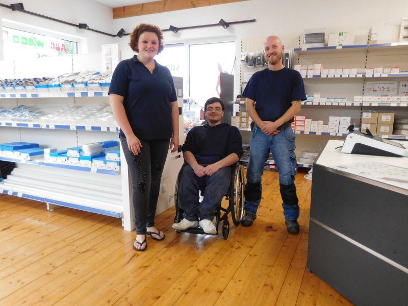 Samantha Cox und Jan Vomhof freuen sich über den zuverlässigen und motivierten neuen Kollegen Johann Schwarz (Mitte). (Foto: Jobcenter)