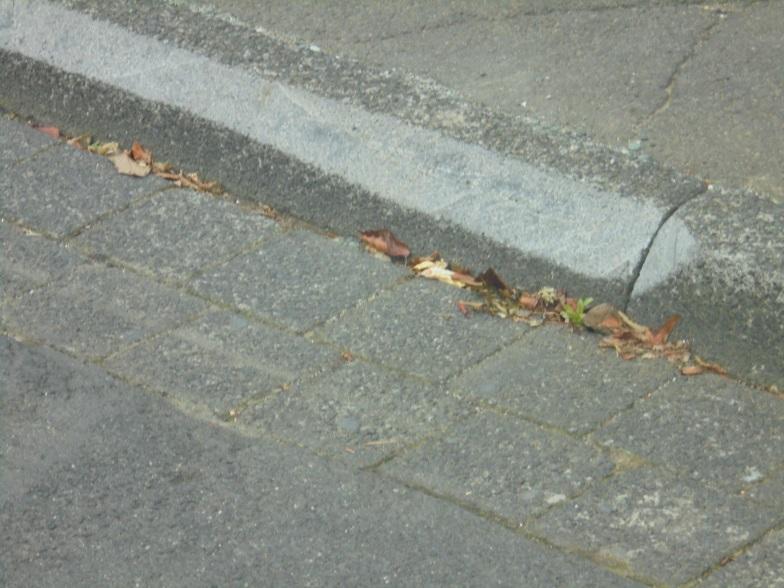 Wer Bordsteine eigenständig mit einem Trennschleifer abschrägt, beschädigt damit den Stein – und macht sich strafbar. (Foto: Stadt Siegen)