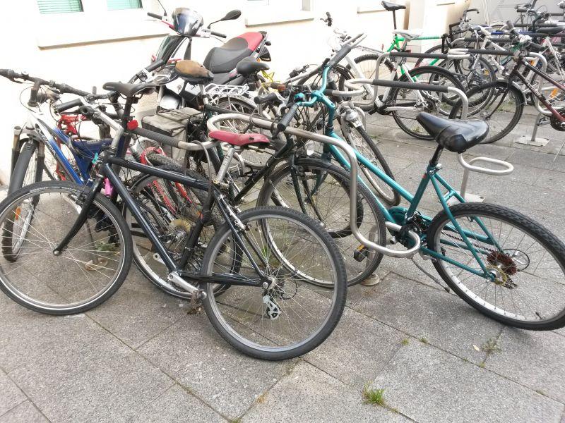 Massig Schrotträder stehen im Bereich des Siegener Bahnhofs und blockieren Fahradständer