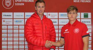 Daniel Steuernagel, Siegens sportlicher Leiter, begrüßt David Kammerbauer bei den Neuen Freunden. (Foto: Sportfreunde Siegen)