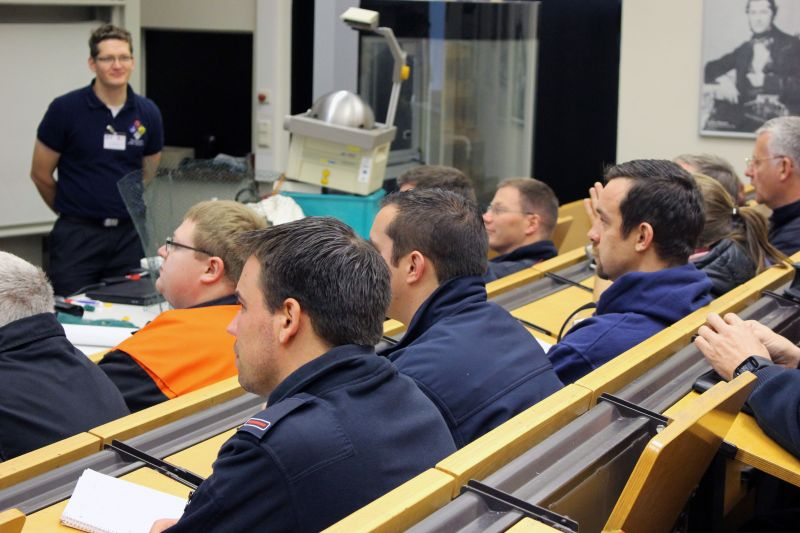 Hörsaal statt Feuerwache:130 Feuerwehrleute aus 13 Bundesländern haben an der Universität Siegen an einer ABC-Gefahrenschulung teilgenommen. (Foto: Universität Siegen)