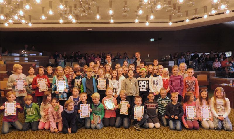 """Als """"Naturprofis"""" hatten der stellv. Bürgermeister Jens Kamieth und Dr. Martin Wiedemann von der städtischen Umweltabteilung 69 Kinder ausgezeichnet. (Foto: Stadt Siegen)"""