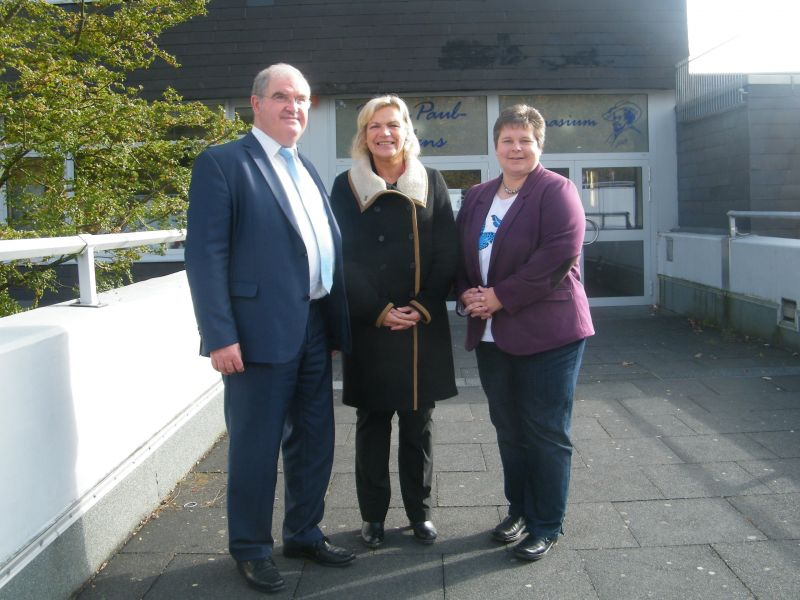 Die Schulzeit an Gymnasien (G8/G9) war Thema beim Gespräch der SPD-Landtagsabgeordneten Eva-Maria Voigt-Küppers (m.) und Tanja Wagener (r.) mit dem Schulleiter des Peter-Paul-Rubens-Gymnasiums, Paul Behrensmeyer (l.). Foto: SPD