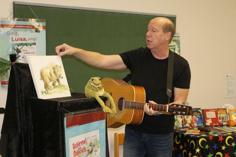 Der Kölner Kinderbuchautor Guido Kasmann begeisterte die Kinder der Grundschule Salchendorf mit seinen kindgerechten Texten und viel Musik. Foto: Gemeinde Neunkirchen