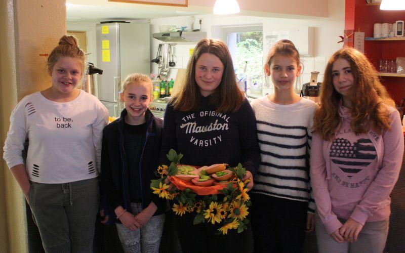 Schülerinnen der Freien christlichen Realschule in Niederndorf präsentieren selbst geschmierte Brötchen für die Besucher des Café Patchwork in Weidenau. Foto: Diakonie in Südwestfalen gGmbH