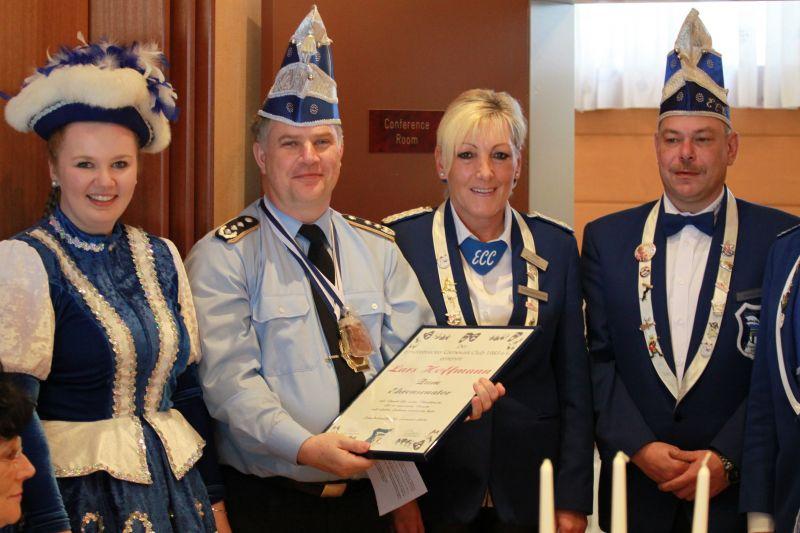 Laudatorin Anne Mechsner (3.v.l.) und ECC-Präsident Volker Mechsner (4.v.l.) überreichen Oberst Lars Hoffmann (2.v.l.) die Ernennungsurkunde.