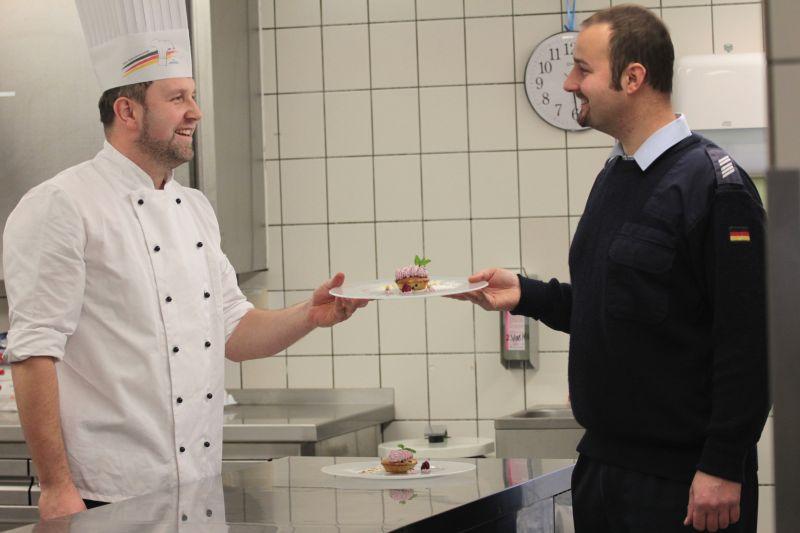 Stabsgefreiter Länder (l.) und Oberstabsgefreiter Schmidt (r.). Chef in der Küche, doch auch geschätzter Kamerad.