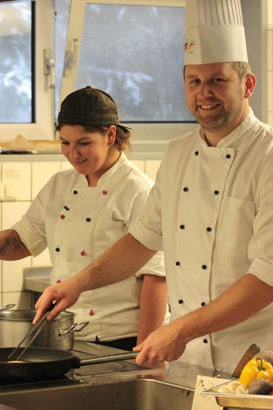 Stabsgefreiter Länder (r.) und Oberstabsgefreite Volmert (l.). Ein gutes Team in der Küche.