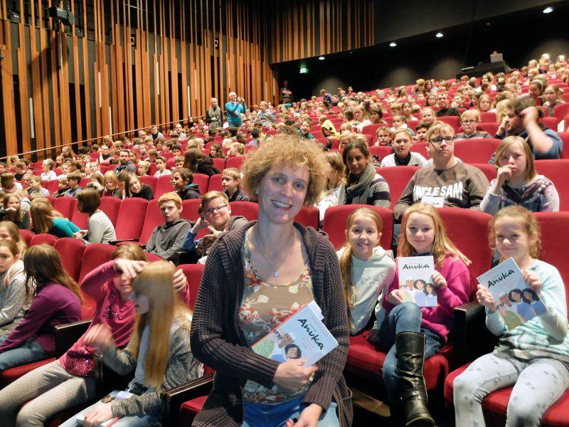 """Im vollbesetzten Apollo-Theater las Autorin Annette Pehnt zum Auftakt von """"Eine Stadt liest ein Buch"""" aus ihrem Kinderroman """"Alle für Anuka"""" vor. Foto: Universität Siegen."""