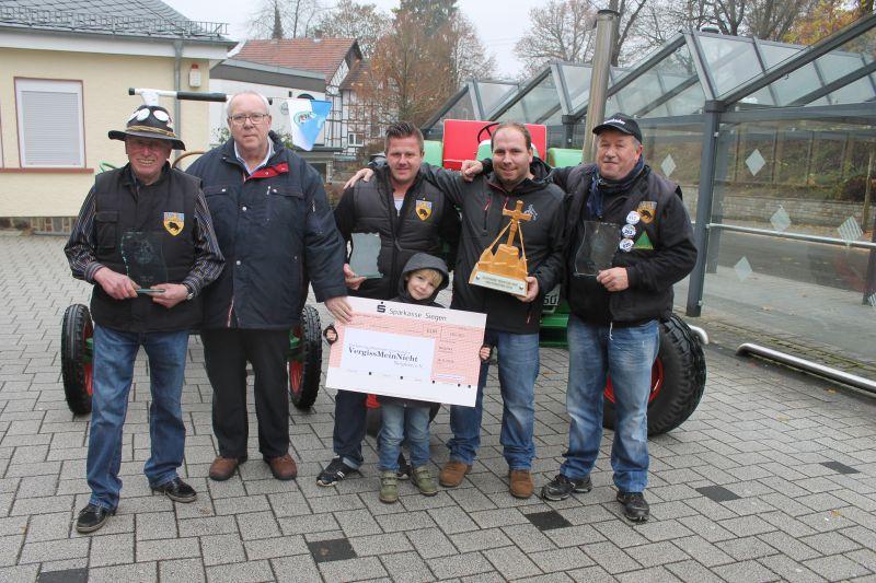 v.l.n.r.: Ulrich Krengel, Friedel Kassing, Dennis Kölsch, Sebastian Köhler (mit Sohn), Reinhold Ramesch (Foto: Stadt Netphen)