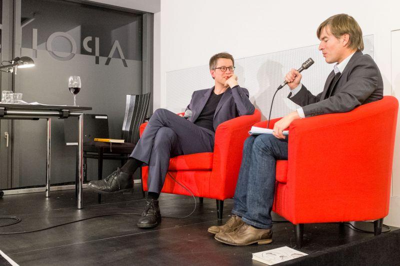 Jan Wagner (links) bei der Abschlussdiskussion mit Prof. Dr. Jörg Döring von der Universität Siegen. (Foto: Uni)