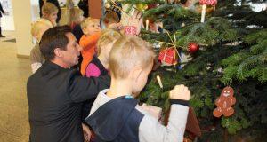 2016-11-27_siegen_zwoelf-maedchen-und-jungen-schmueckten-weihnachtsbaum-im-kreishaus_foto_kreis-si-wi_02