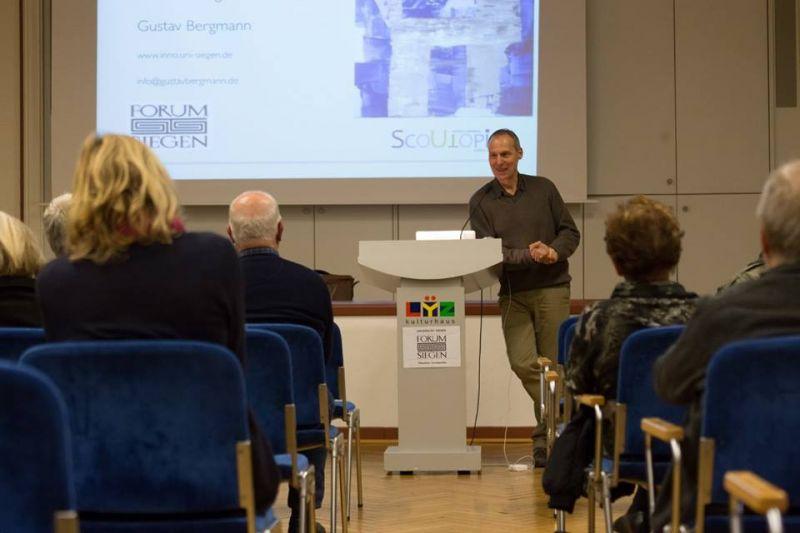 Prof. Dr. Gustav Bergmann beim Vortrag.