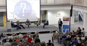 """Experten aus Politik und Ökonomie diskutierten im Forschungskolleg (FoKoS) der Universität Siegen zum Thema """"Gemeinschaftsgüter""""."""