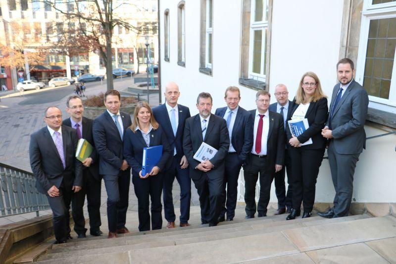 In einem Pressegespräch erläuterten die 11 Bürgermeisterinnen und Bürgermeister aus dem Kreis Siegen-Wittgenstein ihre Sicht auf den Kreishaushalt 2017 (Foto: Gemeinde Burbach)