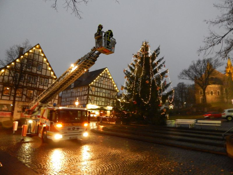 2016-12-07_hilchenbach_grosser-andrang-beim-basteln-fuer-den-weihnachtsbaum_foto_stadt-hilchenbach_02