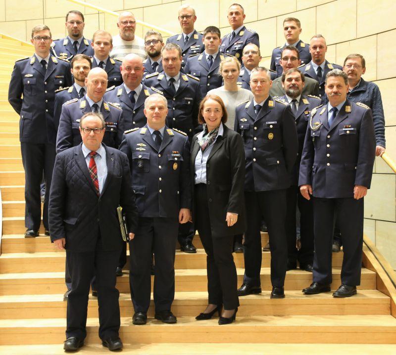 Auf Einladung des Mitgliedes des Landtages, Angela Freimuth (FDP), besuchte kürzlich eine 23-köpfige Delegation Erndtebrücker Luftwaffensoldaten und Bediensteter den nordrhein-westfälischen Landtag. (Foto: FDP LT-Fraktion NRW/Angela Freimuth)