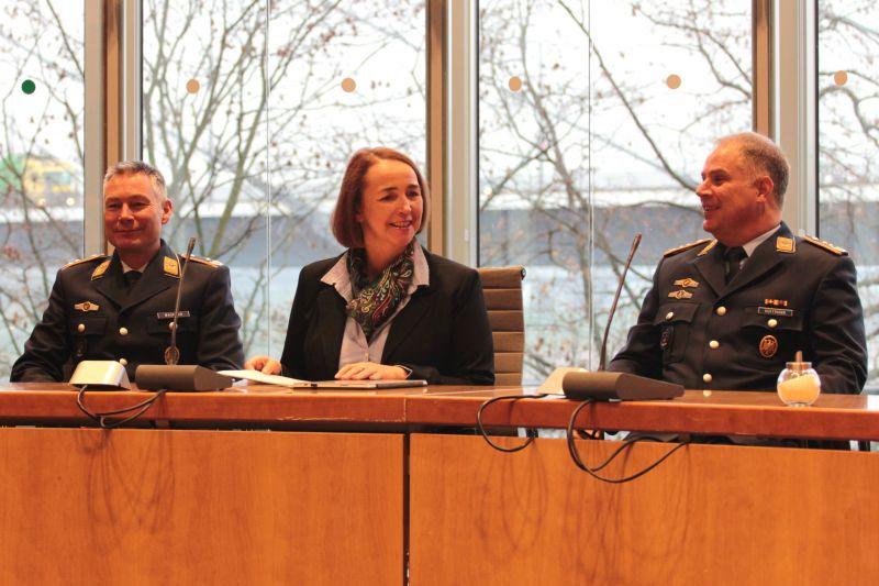 Lebhafte Diskussion mit der Abgeordneten Angela Freimuth (M.), hier eingerahmt von Oberst Lars Hoffmann (r.) und Oberstleutnant Jörg Wagener (l.). (Foto: Joshua Breit)
