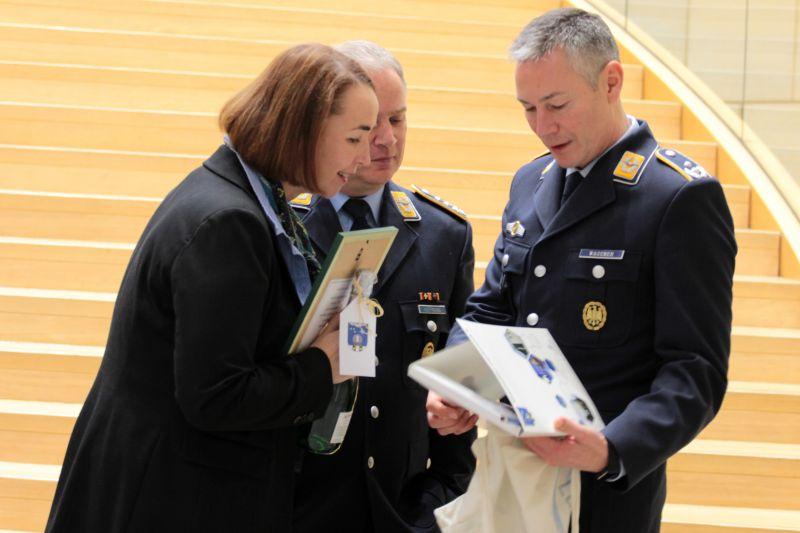 Der Kommandeur, Oberst Lars Hoffmann (M.) und sein Stellvertreter, Oberstleutnant Jörg Wagener (r.), überreichen der Abgeordneten Angela Freimuth Gastgeschenke. (Foto: Joshua Breit)