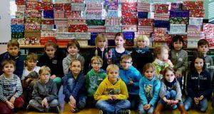 Schüler mit den gepackten Schuhkartons (Fotos: Dreisbachtalschule Eckmannshausen)