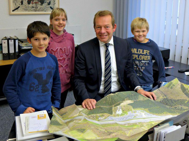 Schüler der Eiserner Grundschule zu Besuch bei der Stadt Siegen. (Foto: Eiserner Schule)