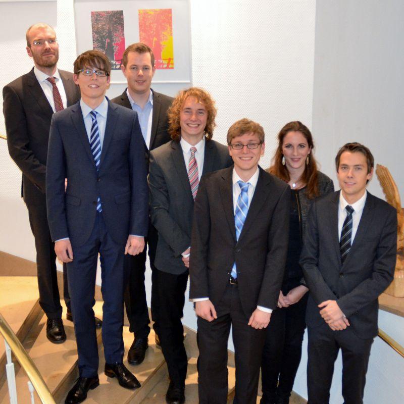 Dr. Axel Müller (l.) ehrte die Preisträger (von links nach rechts): Eike Paul Bieneck, Michael Gante, Benedikt Beckmann, Eric Reimann, Katharina Diehl, Stefan Krick (Foto: Uni)