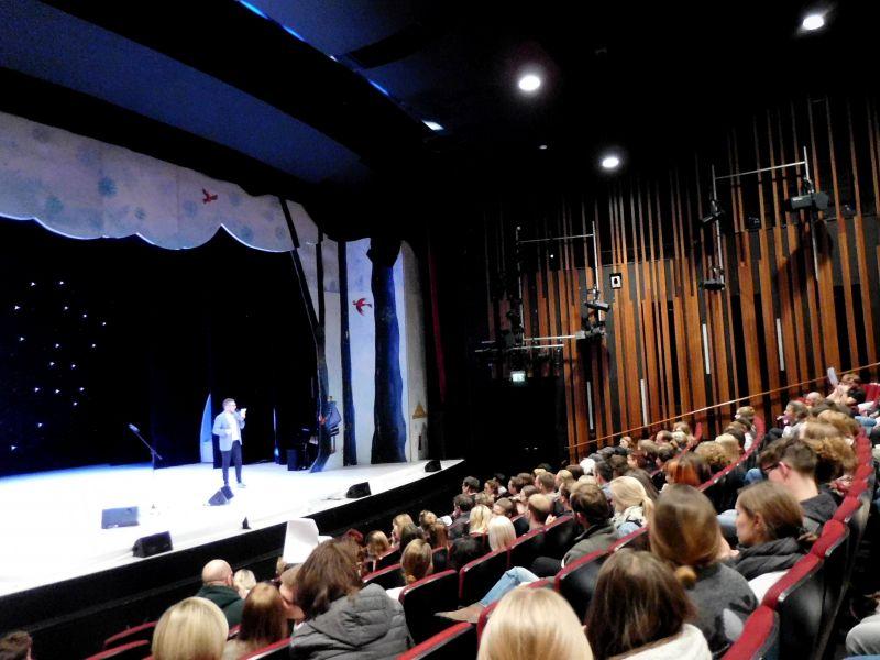 """Moderiert wurde die Veranstaltung von Tristan Kunkel, seines Zeichens Musiker und Sänger der Siegener Band """"Fiete"""" und slam poet. (Fotos: Kay-Helge Hercher)"""