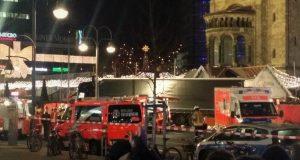 Im Hintergrund der Lkw der mindestens 50 Personen verletzt und neun Menschen in den Tod gerissen hat. Foto: Andreas Trojak / wirSiegen.de