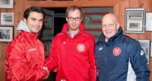 Sportlicher Leiter Jugend Serkan Dalman (links) und Jugendkoordinator Marcus Latsch (rechts) begrüßen den neuen U17-Coach Marco Flemming. (Foto: Sportfreunde Siegen)