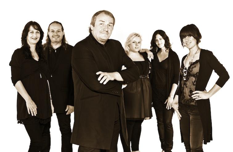 Helmut Jost & Friends kommt zum vorweihnachtlichen Konzert nach Wilnsdorf (Foto und Plakat: Helmut Jost & friends)