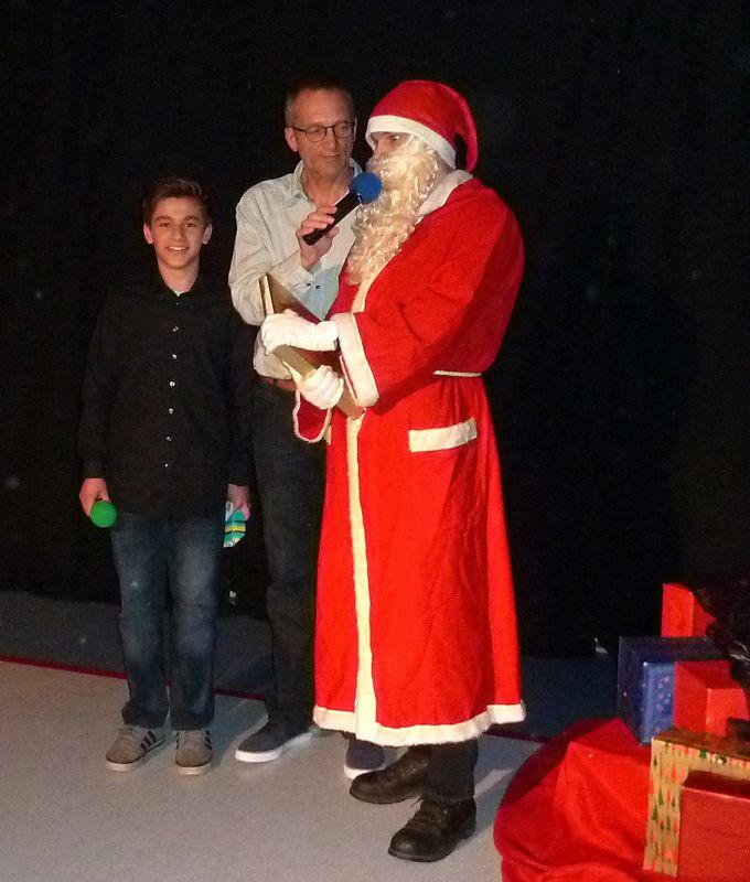 Die Moderatoren Marcel Kretschmer (l.) und Rolf Neus mit dem Nikolaus
