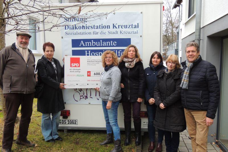 Sigrid Zimmermann, 2.v.l., übergibt mit Vorstandsmitgliedern den symbolischen Spendenscheck an Gabriele Brede, 3.v.l., und ihre Mitarbeiter sowie an den Förderer Willi Brase, MdB. (Foto: privat)