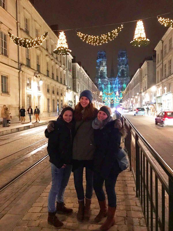 v.l.: Laura Beesel, Anne Waffenschmidt und Leonie Altehülshorst im malerischen Orléans. (Foto: privat)