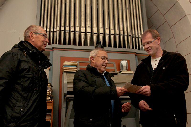 v.l.n.r.: NGV-Präsident Hubert Groos, Dieter Bruch, Vorsitzender des NGV-Männerchores, und Pastor Lothar Schulte. (Foto: Verein)