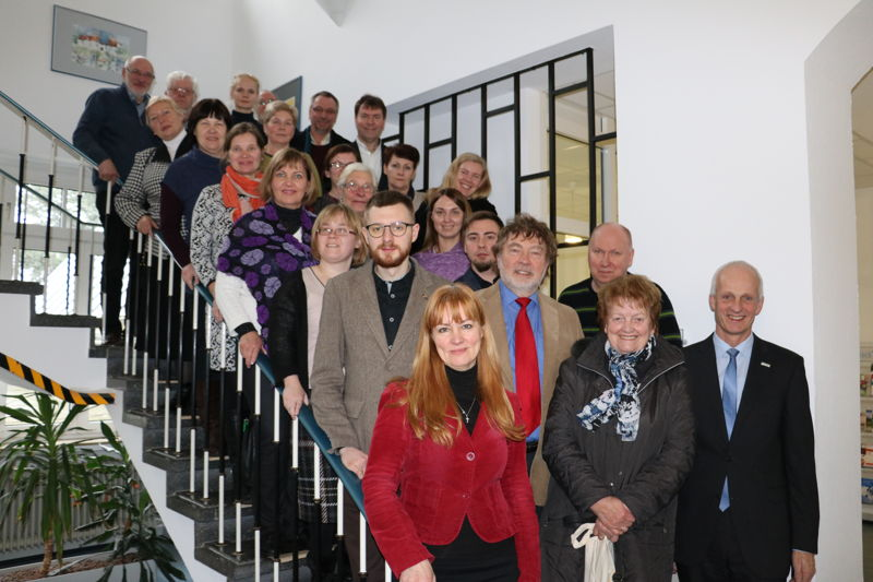 Eine Gruppe der Diakonie aus Lettland war jetzt unter anderem in Burbach zu Gast. Bürgermeister Christoph Ewers begrüßte die Besucher im Rathaus. (Foto: Gemeinde Burbach)