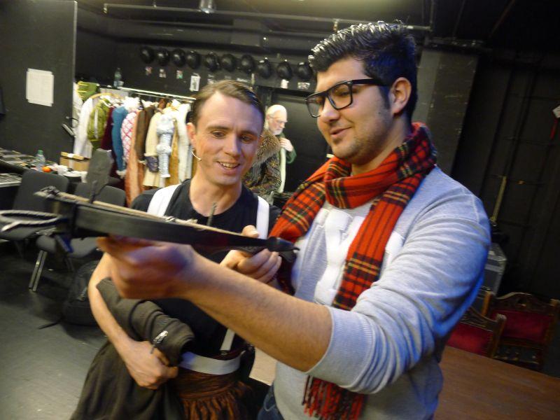Jan Hamshoro (r) und der Schauspieler David Johnston vor einer Vorstellung (Fotos: Apollo-Theater)