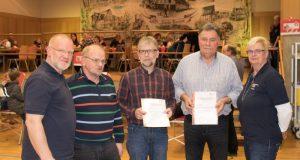v.l.n.r: Rotkreuzleiter Theo Schneider, Matthias Heitze (150 Spenden), Wilfried Geffert (75 Spenden), Jürgen Fischer (150 Spenden),  und Blutspendebeauftragte Birgit Weckler