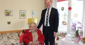 Ilse Brendel freute sich über den Besuch von Bürgermeister Steffen Mues. (Foto: Kursana)