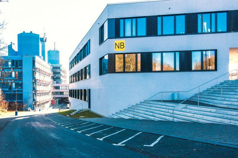 """Das """"Institut für Psychologie"""" hat seinen Sitz im Allgemeinen Verfügungszentrum (AVZ) auf dem Campus Adolf-Reichwein-Straße."""