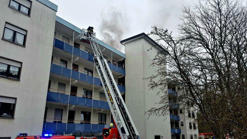 2017-01-07_siegen_lindenberg_feuer4_qualm-aus-haus_foto_mg_02
