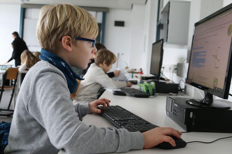 Lennard nutzt die Dalton-Stunde für eine Recherche im Computerraum. Wie seine Eltern und Lehrer musste auch er sich zunächst an das neue System gewöhnen. Dennoch ist der Sechstklässler begeistert von der Möglichkeit des individuellen Lernens. (Foto: Gemeinde Neunkirchen)