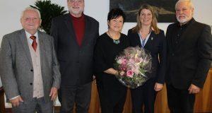 Schiedsfrau Karola Rühl (m.) wurde im Beisein ihres Vaters von Amtsgerichtsdirektor Dr. Paul Springer, Bürgermeisterin Christa Schuppler und BDS-Bezirksvorsitzenden Jürgen Otto (v.l.n.r.) im Amt begrüßt. (Foto: Gemeinde Wilnsdorf)